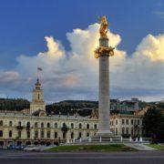 Tbilisi - Plac Wolności widok na ratusz i kolumnę Św. Jerzego