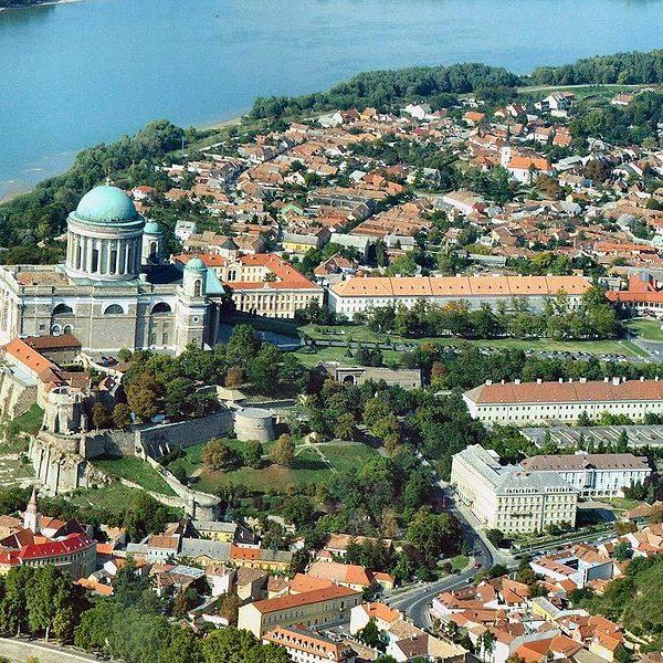 Widok z lotu ptaka na wzgórze pałace w Esztergom