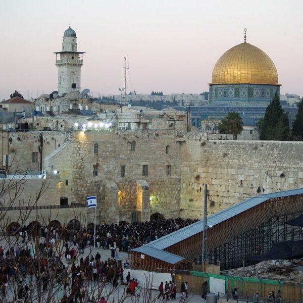 1280px-Temple_Mount_Western_Wall_on_Shabbat_by_David_Shankbone