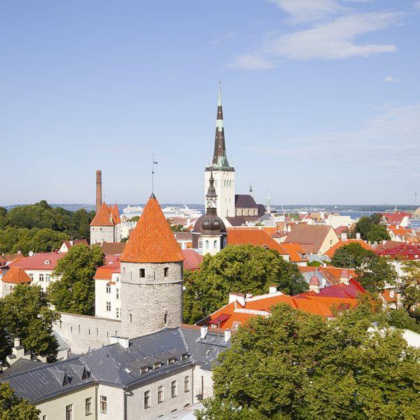 1280px-Vistas_panorámicas_desde_Toompea,_Tallinn,_Estonia,_2012-08-05,_DD_16